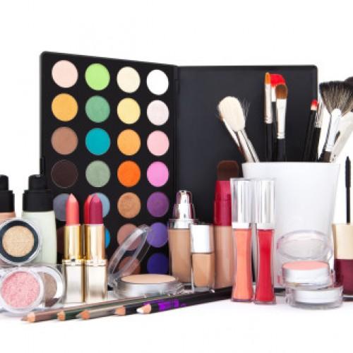 Ciemne usta, mocne oko i color correcting – to najważniejsze trendy w makijażu na jesień i zimę